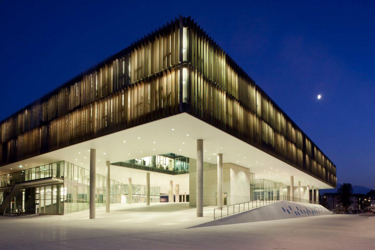 Universität Salzburg: Fakultät für Kultur- und Gesellschaftswissenschaften Haupteingang Abend